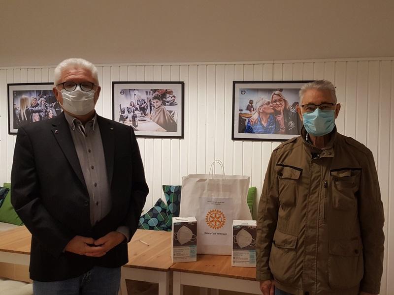 Martin Schmidt und Lutz Beyer vom Rotary Club Völklingen freuen sich die Arbeit der Tafel Völklingen mit Masken zu unterstützen. Foto: Diakonie Saar
