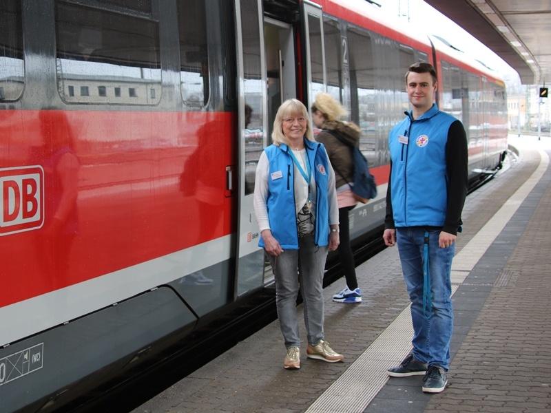 Die ehrenamtlichen Mitarbeiterinnen und Mitarbeiter unterstützen reisende am Saarbrücker Eurobahnhof. Foto: Diakonie Saar/ Paulus