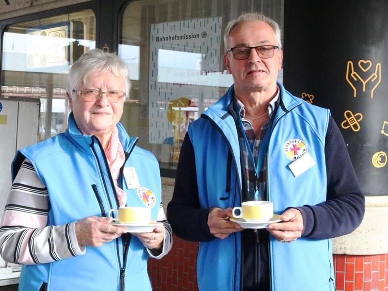Tina Blasius und Herbert Rauber bitten die Saarländerinnen und Saarländer um eine Kaffeespende für die Bahnhofsmission. Foto: Diakonie Saar/ Paulus