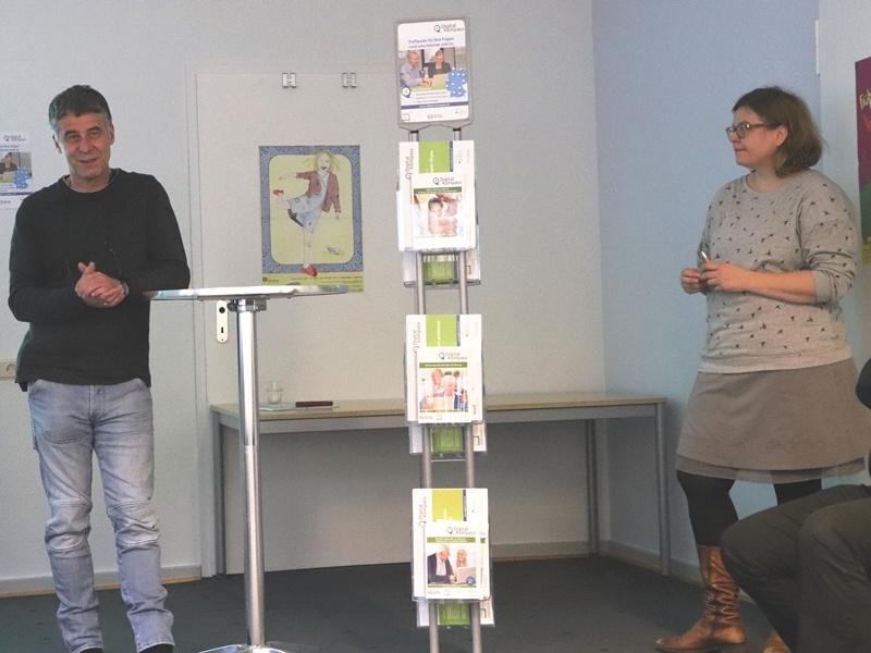 """Zur Eröffnung stellten Sabine Wolf, Referentin Verbraucherthemen beim Digital Kompass, und Wolf-Dieter Scheid das Online Portal """"Digital Kompass' vor. Foto: privat"""