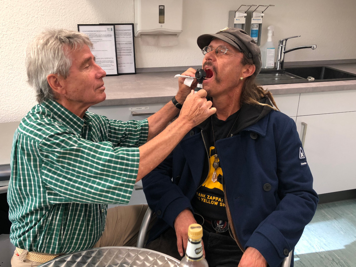 Dr. Udo Bohr (l.) bei der Behandlung eines Patienten im Jahr 2018. Foto: Diakonie Saar / Paulus