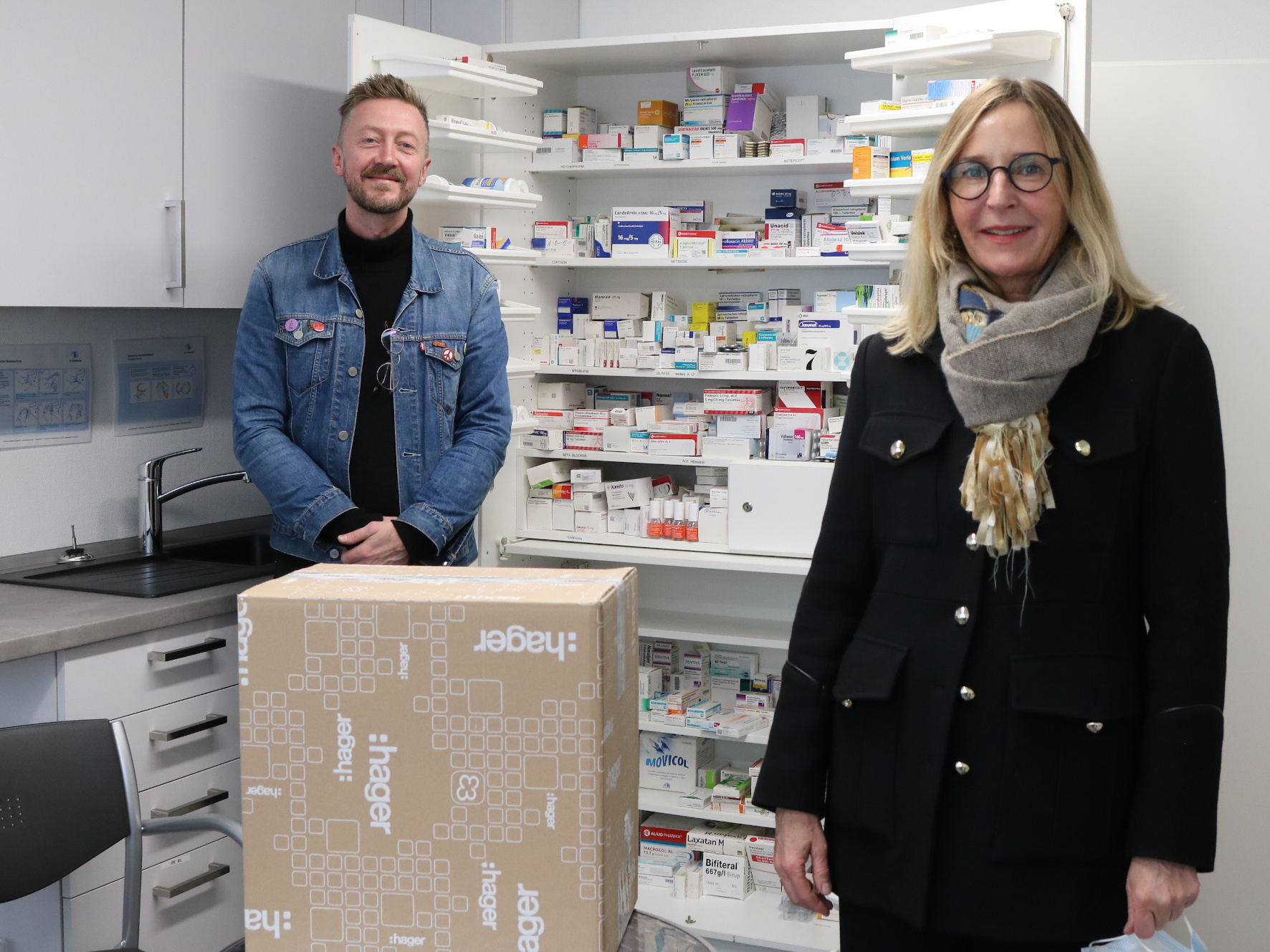 Susanne Trockle, Vorstandsmitglied der Peter und Luise Hager-Stiftung, übergab das Impfserum an Sozialarbeiter Oliver John. Foto: Diakonie Saar/Stein