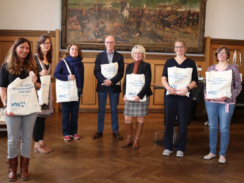 Projektpartner stellen die Tasche Akteuren der Seniorenarbeit in Völklingen vor. Foto: Diakonie Saar/Stein