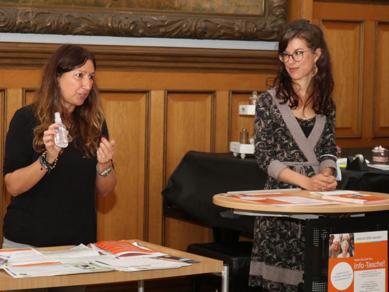 Paola Dispoto (Seniorenarbeit, links) und Raphaela Leue (Mehrgenerationenhaus) zeigen, mit welchen Informationen Sie ältere Menschen unterstützten wollen.