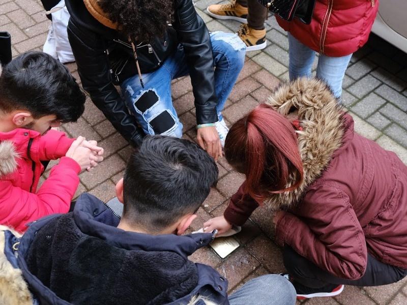 Schülerinnen und Schüler beim Reinigen der Stolpersteine. Foto: Gerhard Schaal.