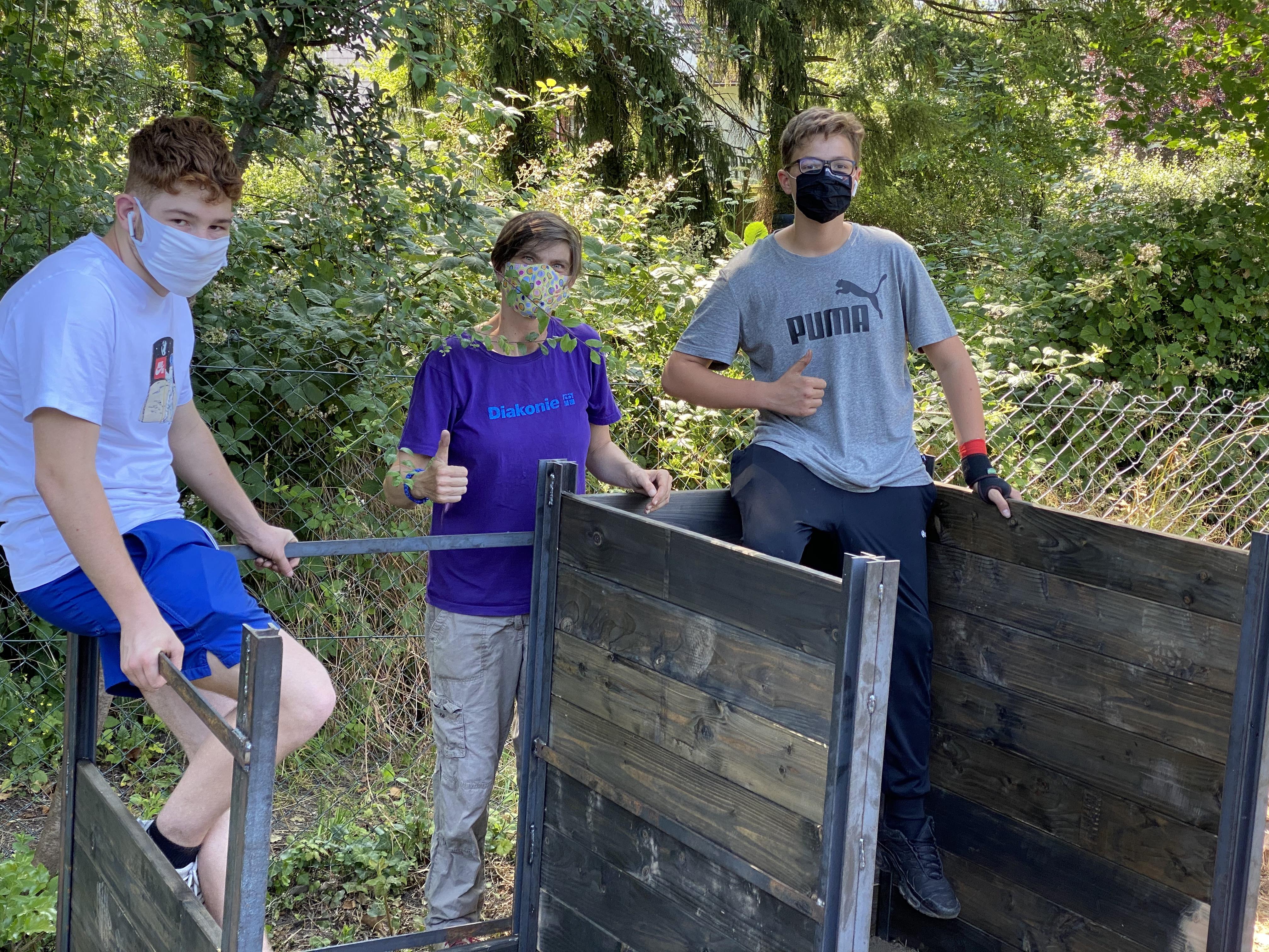 Melanie Franz (Mitte) mit zwei Schülern am neuen Kompost.