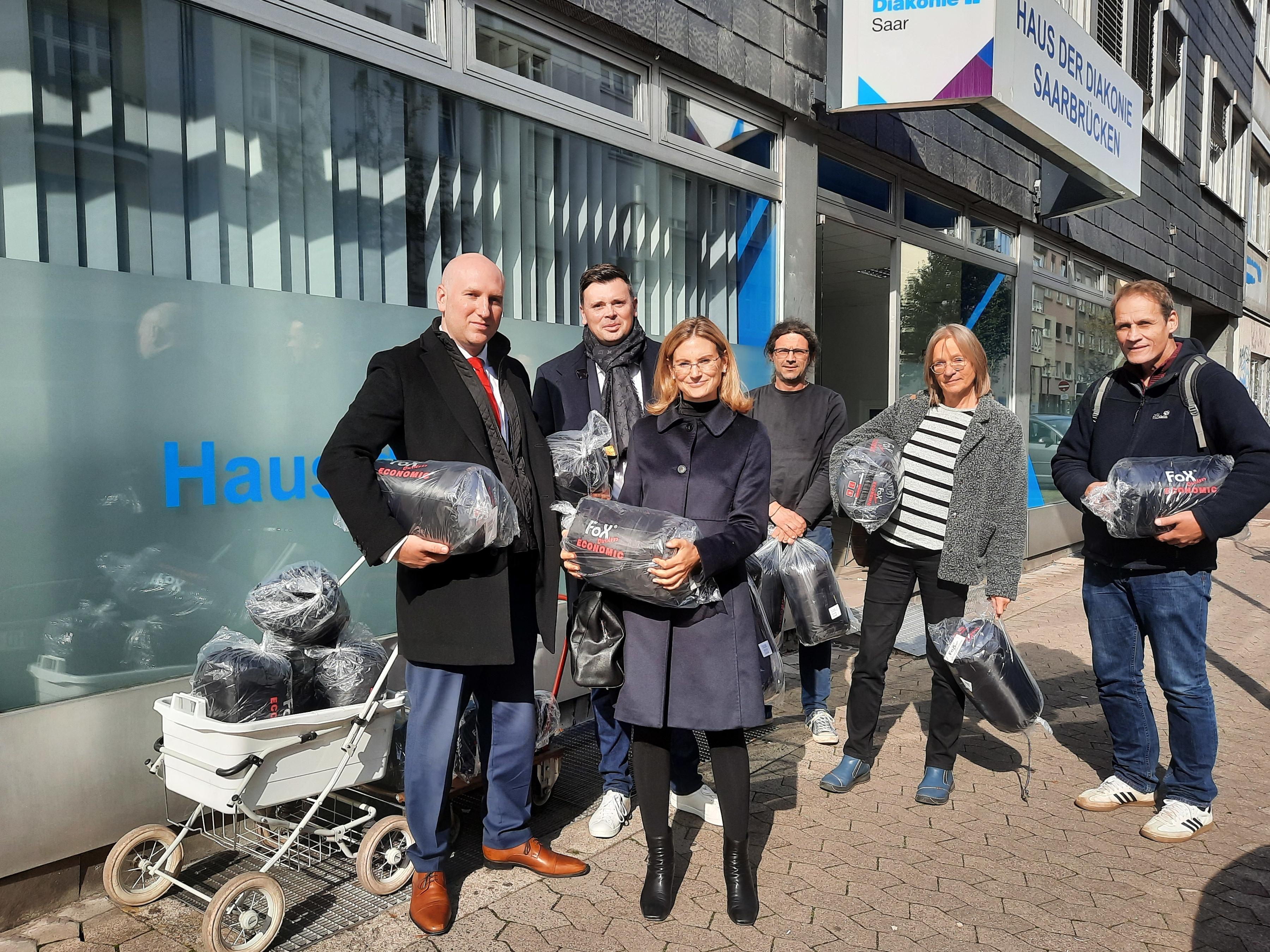 Schlafsäcke für die Wohnungslosenarbeit Saarbrücken. V.l.n.r: Birk Borkhard (ASMC), Thomas Martin (BTN Solutions), Natascha Borkhard (ASMC), Thomas Braun, Sigrun Krack und Matthias Wietschorke (alle D