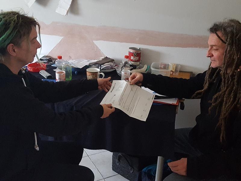 Projektmitarbeiter Achim Ickler (rechts) begleitet die Wohnungslosen in eigenen Wohnraum.