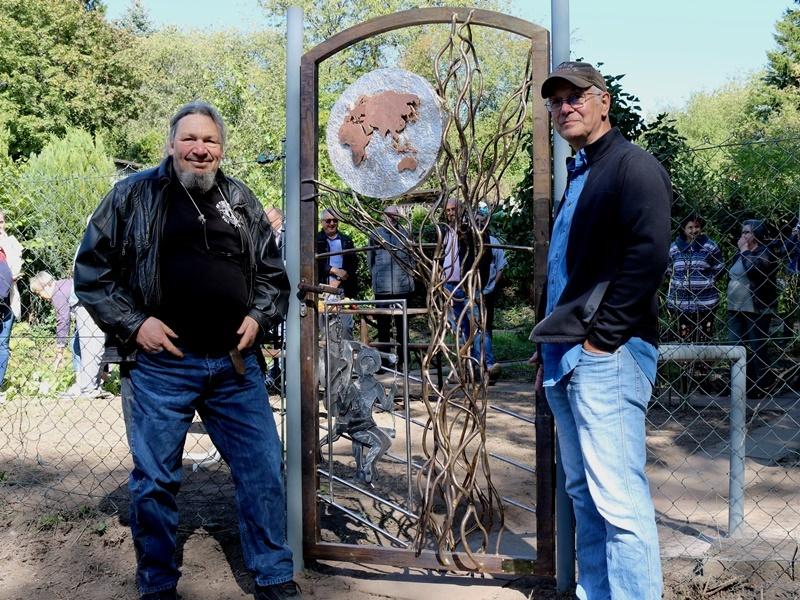 BU: Gemeinsam mit Diakoniemitarbeiter Walter Schnell hat Wolfgang Lang das neue Tor des Aller-Welt-Gartens gestaltet. Foto: Diakonie Saar/ Paulus