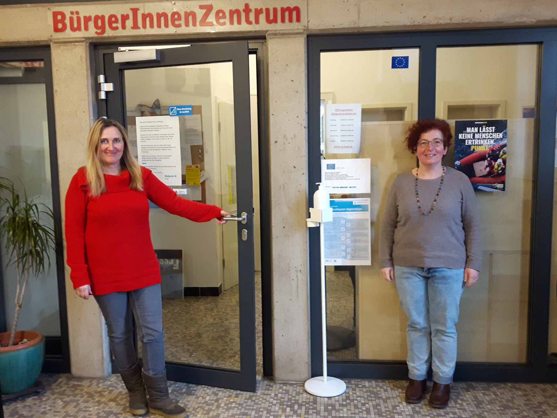Elke Kranzhöfer (links) und Christiane Poersch von der GWA in Brebach sind auch während des Lockdowns für die Bürgerinnen und Bürger vor Ort Ansprechpersonen. Foto: Diakonie Saar/Stein