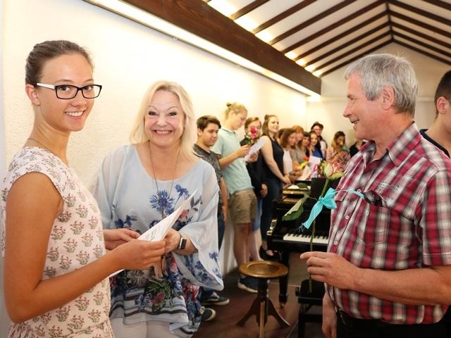 Alexandra Heinen vom saarländischen Sozialministerium (Mitte) und Thomas Spaniol, Referent für Freiwilligendienste bei der Diakonie Saar (rechts) überreichen das Zertifikat an Julia Jugert. Fotos: Dia