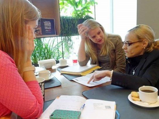 Mitarbeiterinnen der Diakonie planen das neue Hilfezentrum in Riga. Foto: Henze