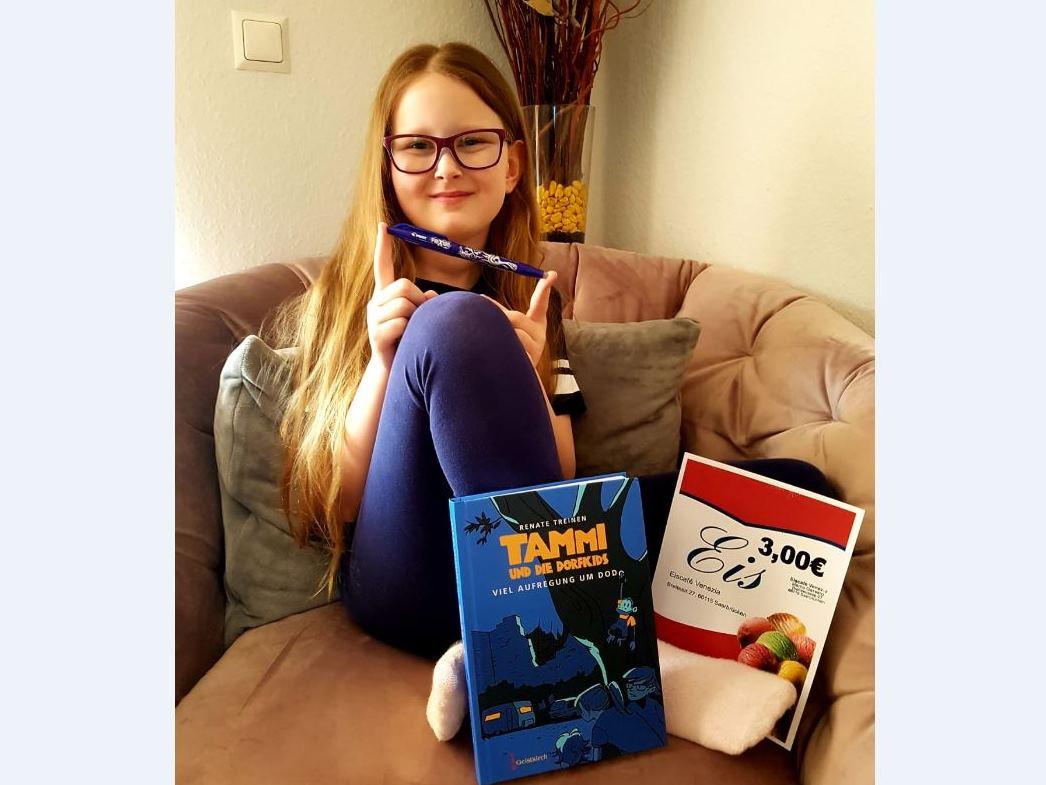 Luisa (9) freut sich über ein Buch und einen Eisgutschein