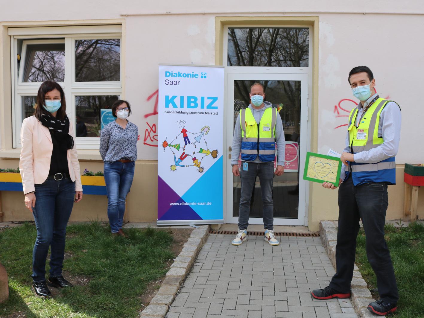 Bereichsleiterin Claudia Rebmann (l.) und KIBIZ-Mitarbeiterin Anna Witkowska (beide Diakonie Saar) stellten Amazon-Standortleiter  Sebastian Faethe (Mitte) und Matthias Krämer die Arbeit des KIBIZ vor