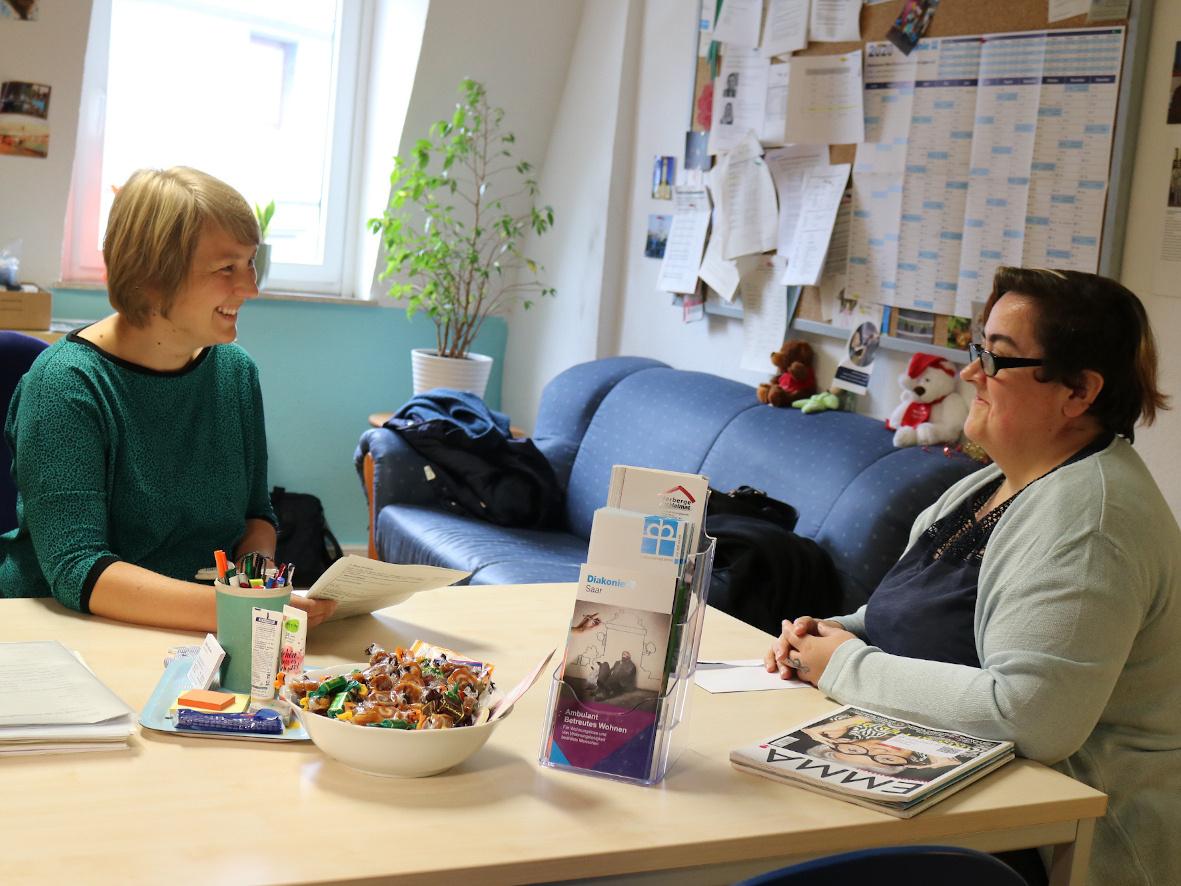 Noch heute hilft Sabrina Sofka-Hell (li.) ihrer ehemaligen Klientin Tina R. gelegentlich bei Formalitäten.