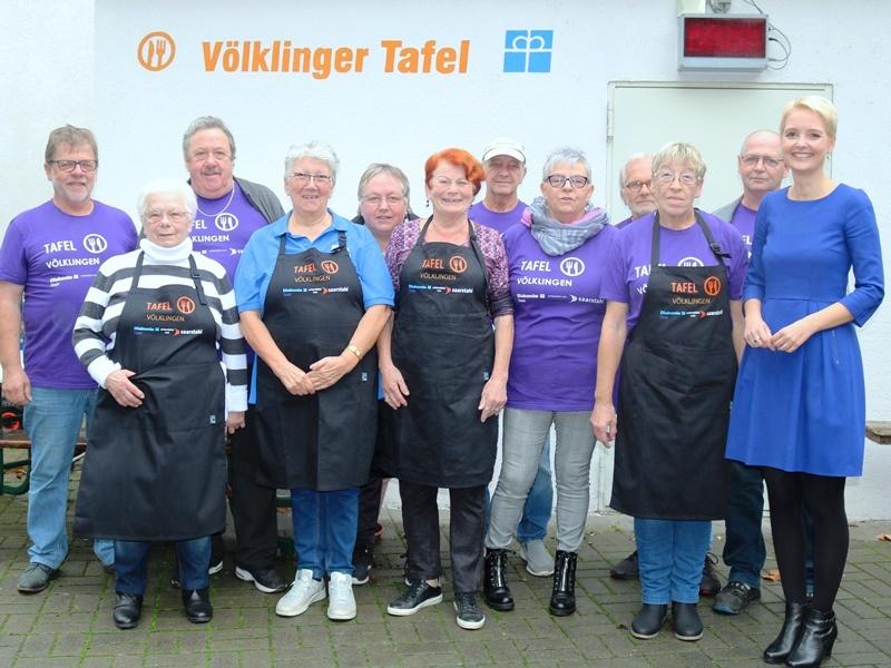 Freuten sich über neue T-Shirts uns Schürzen: Ehrenamtliche der Völklinger Tafel mit Juliane Wernet (rechts) und Reiner Daschmann (links). Foto: Diakonie Saar/ Paulus