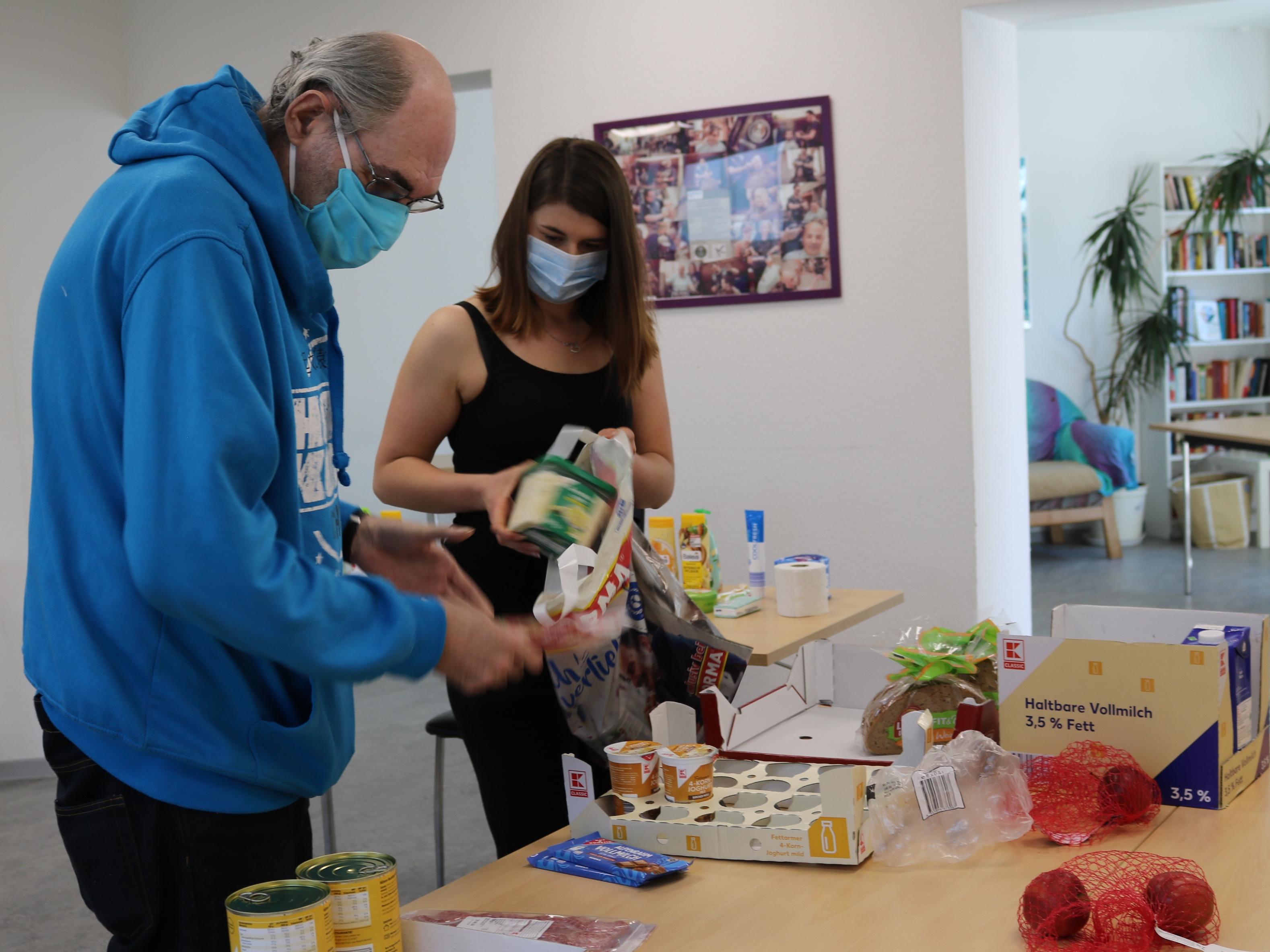 An verschiedenen Standorten, wie hier in Neunkirchen, verteilt die Diakonie Lebensmittelpakete. Foto: Diakonie Saar / Stein