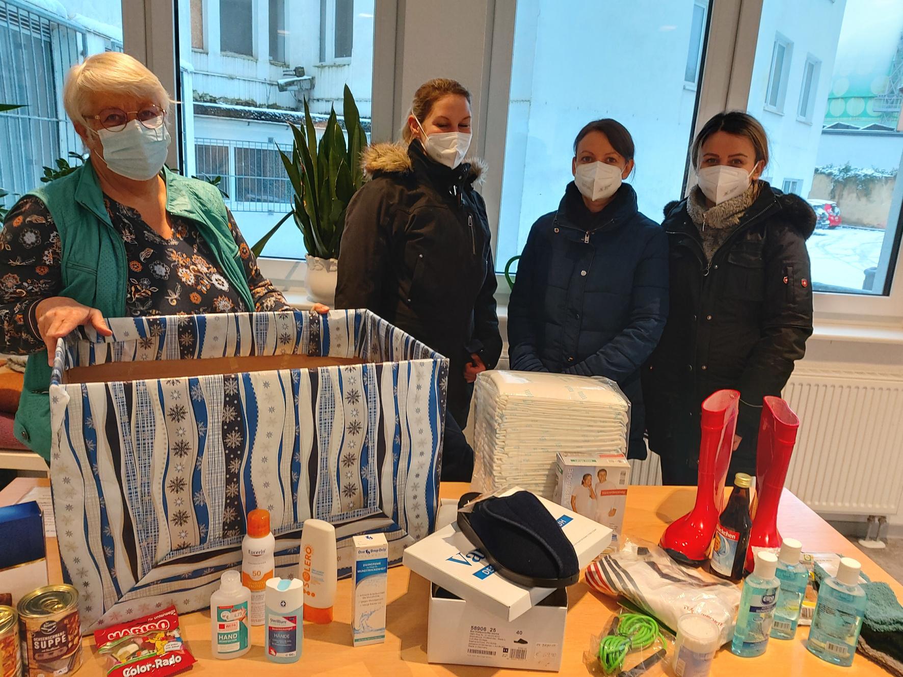 Jutta Peitz (links) von der Wärmestubb nimmt die Spende der Kunden der Doc's-Apotheke entgegen. Foto: Diakonie Saar / Krack