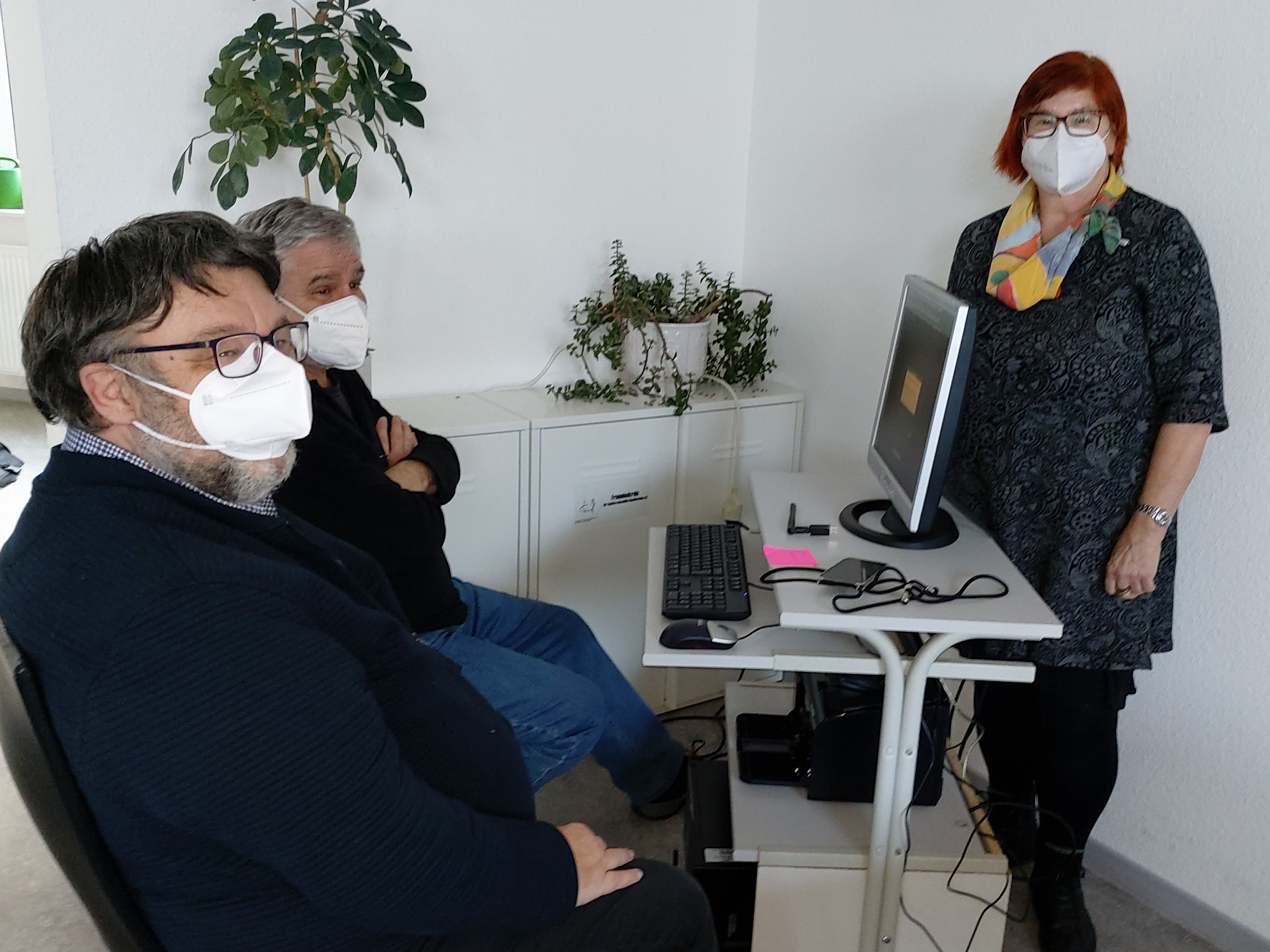 Joachim Becker, Bernd Färber und Ulrike Heckmann vom Repair Café Neunkirchen haben den Rechner in der Wärmestubb aufgebaut. Foto: Diakonie Saar