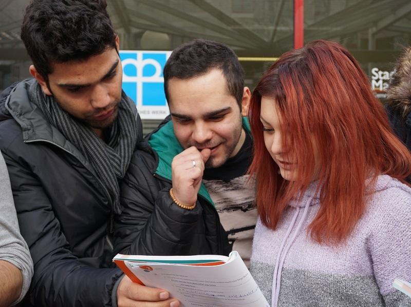 Als Sprach- und Lesepatin oder -pate Zuwanderern helfen, Deutsch schneller zu erlernen.