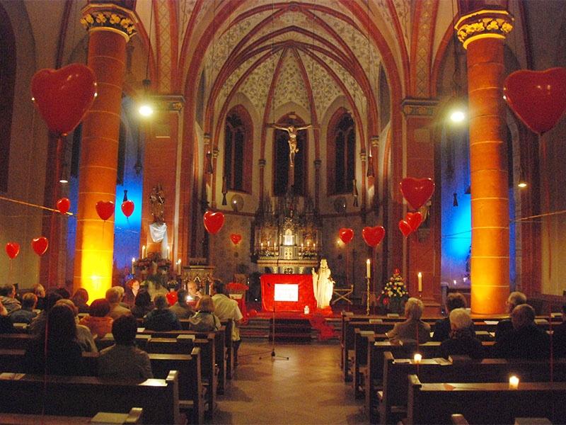 """Unter dem Motto  stand """"Mein Herz schlägt für Dich"""" das Programm in der Herz Jesu – Kirche in Püttlingen-Köllerbach. Foto: Bip/ Schneider"""