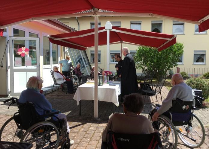 Bewohnerinnen und Bewohner des AWO Seniorenzentrums in Neunkirchen-Furpach beim Gottesdienst (Foto: A. Eisele)