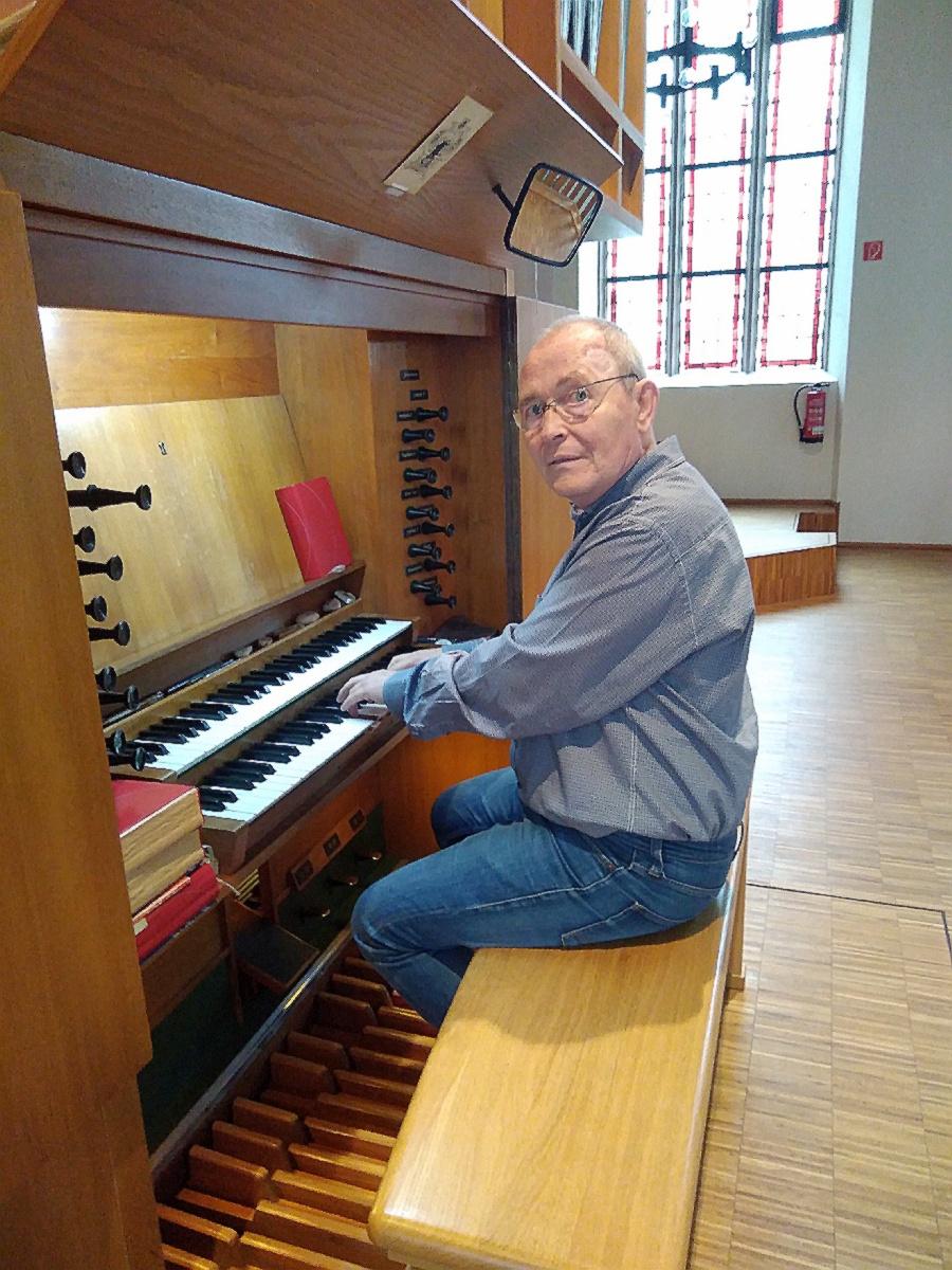 Helmut Werz an der Orgel in der Christuskirche, Neunkirchen-Innenstadt