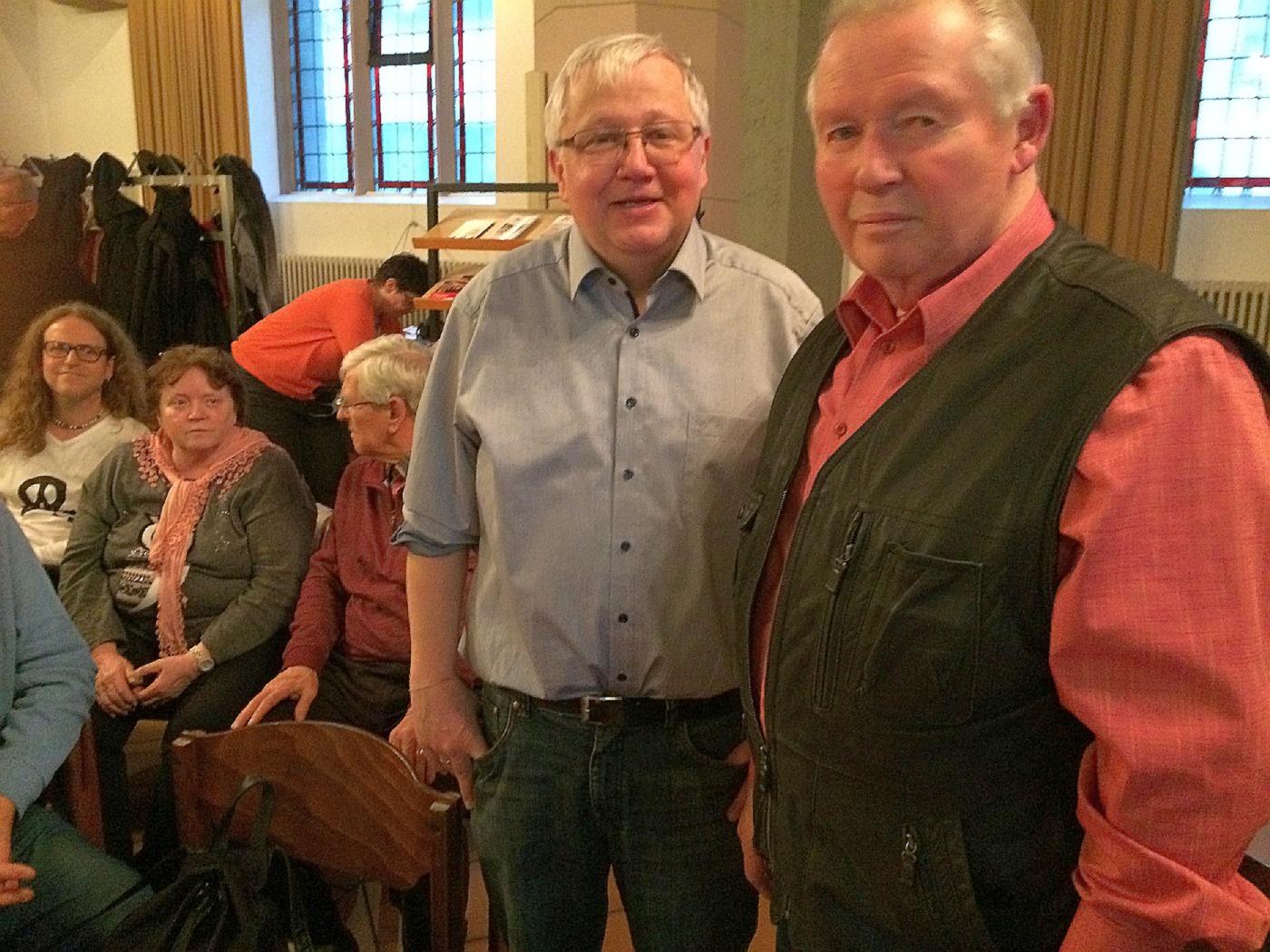 Pfarrer Uwe Schmidt, (L) mit Stadthistoriker Horst Schwenk