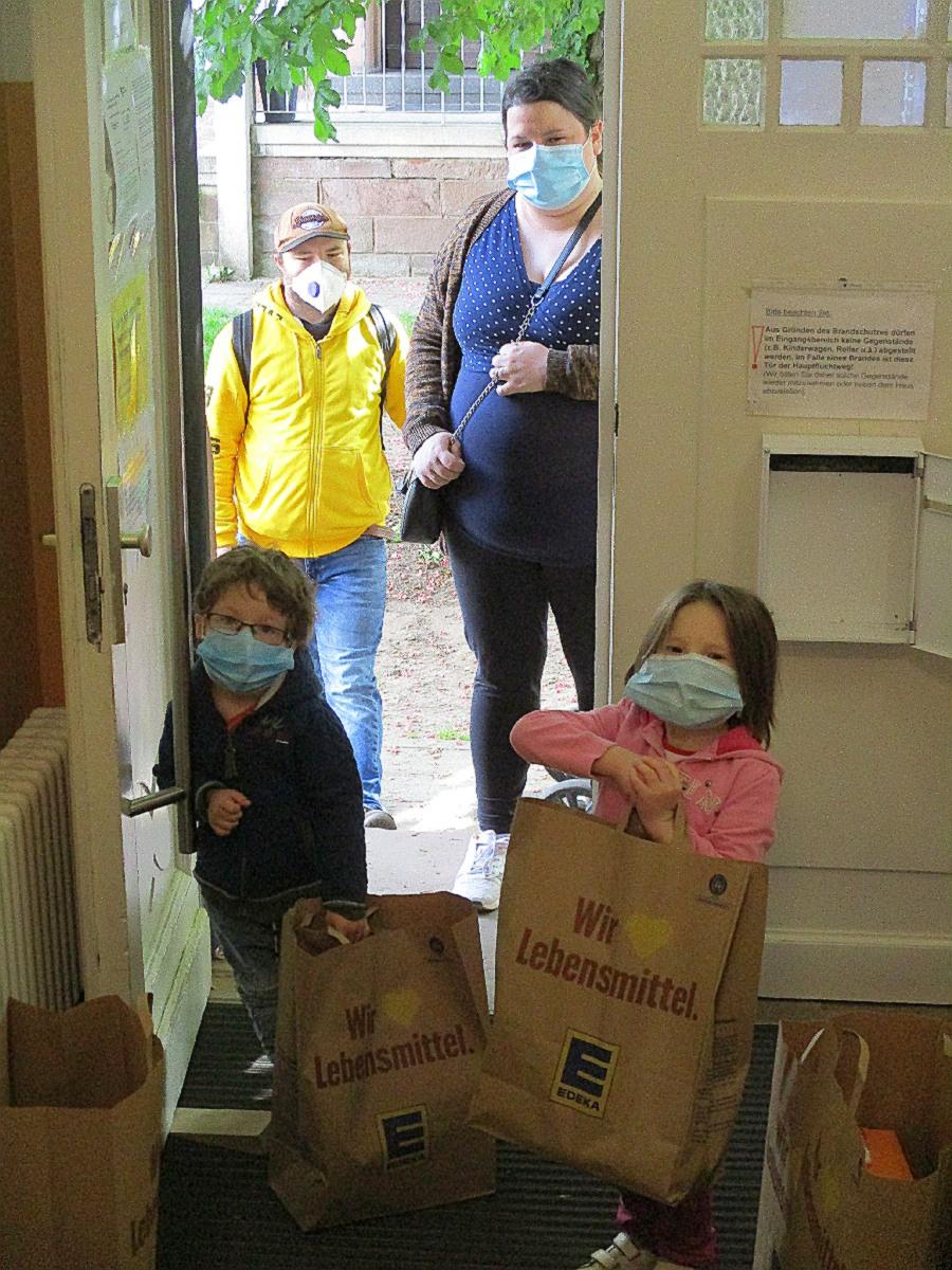 Wir begrüßten die Kinder am Hauseingang mit Sicherheitsabstand