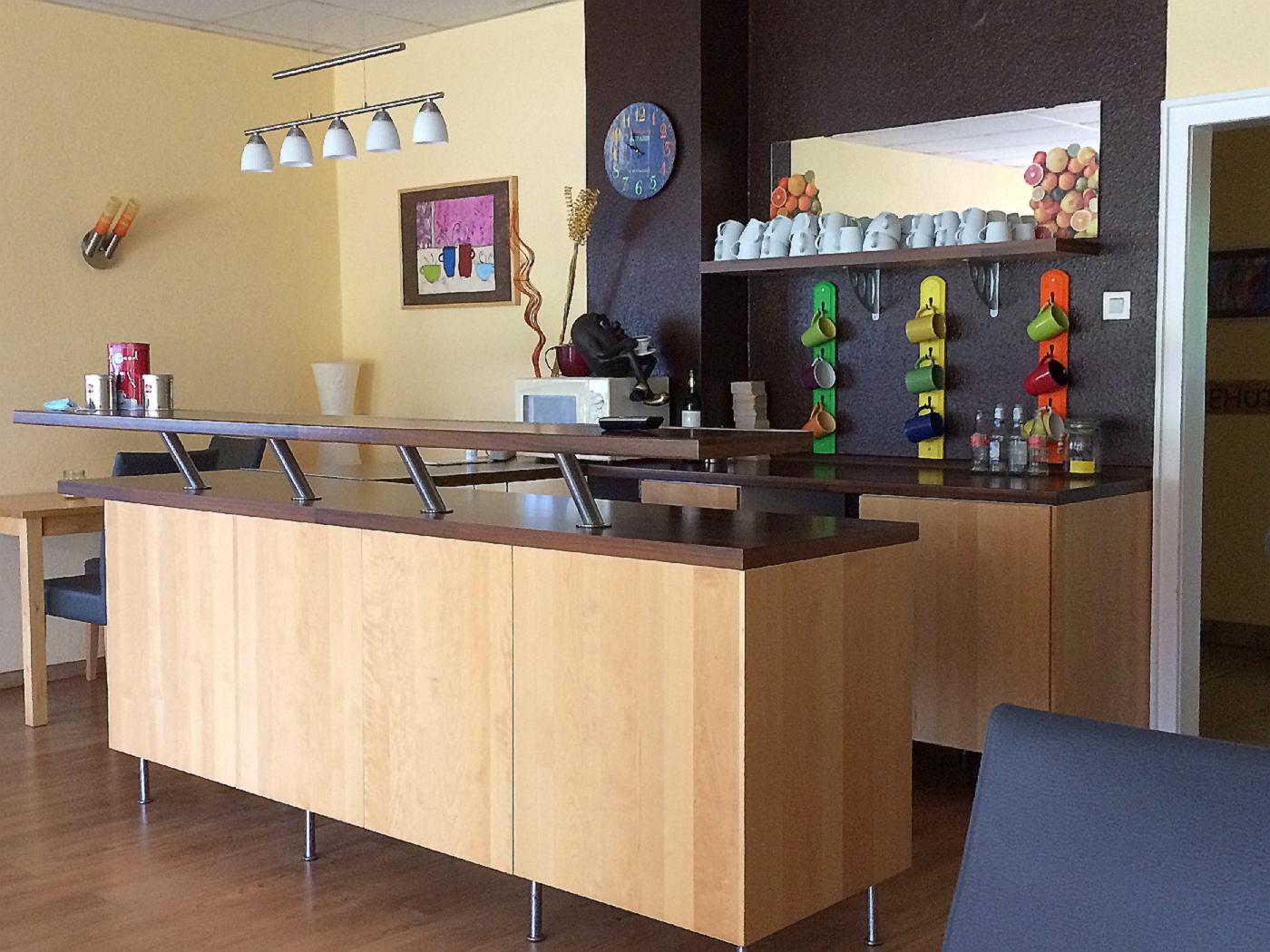 Im Gemeindecafé werden verschiedene Weine verkostet (Fotos: H.-J. Strack)