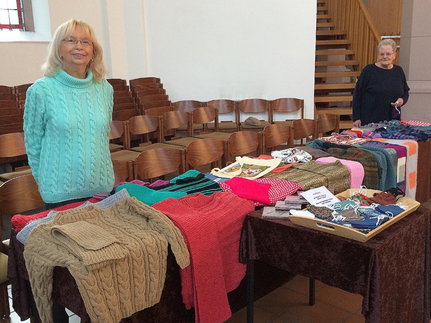 Ilka Strack (l) und Gerda Dieudonné beim Verkauf in der Christuskirche von Pullover, Strümpfe, Mützen und Schals