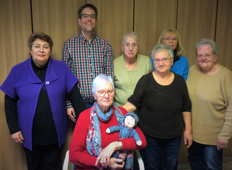 Die Frauen des Handarbeitskreises mit Pfarrer M. Hilka, Heizengasse (Foto: H.- J. Strack)