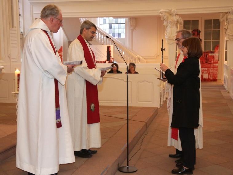 Reverend David Stone und Oberkirchenrat Oliver Schuegraf überreichten das Nagelkreuz an Thomas Bergholz und Iris Fohr. Foto: Thomas Seeber