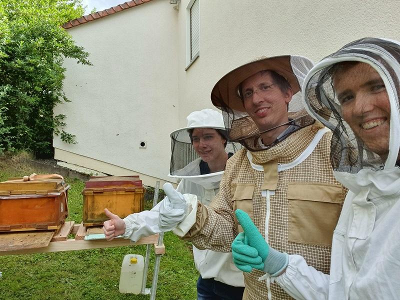 Pfarrer Gabriel Schäfer (Mitte) mit zwei seiner Mitstreiter bei der Versorgung der Leitersweiler Bienenvölker.