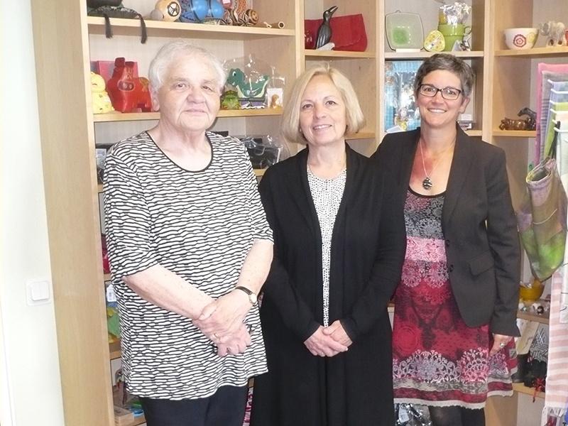Christel Schmitt, Pfarrerin Christine Unrath und  Isabelle Klein (v.l.n.r.) wollen den Umsatz des Ladens steigern. Fotos: Andrea Reinmann