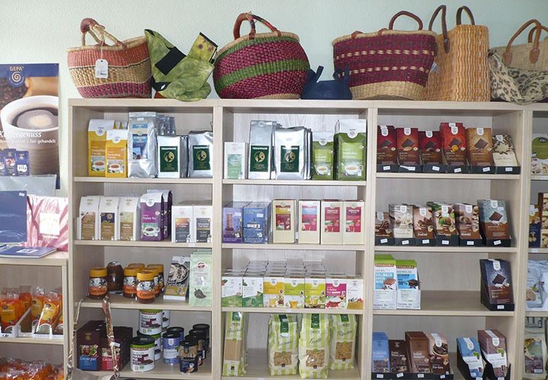 Kaffee, Tee, Gewürze, Schokolade und viele andere Produkte warten liebevoll präsentiert auf Käufer.