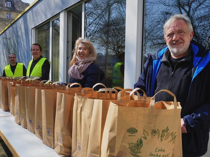 Die Care-Pakete werden im Garten der Alten Kirche ausgegeben. Foto: evks