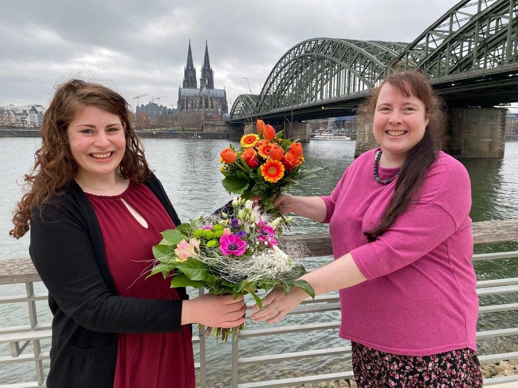 Die scheidende Vorsitzende der EJiR, Miriam Lohrengel (r.), gratuliert ihrer Nachfolgerin Fiona Paulus (l.), Foto: EJiR
