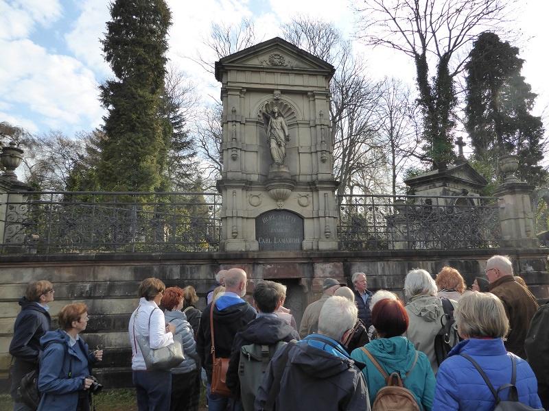 Foto: Eine Exkursion führte zum Friedhof in Saarbrücken-St. Johann, Fotos: Ev. Akademie/Bendzulla