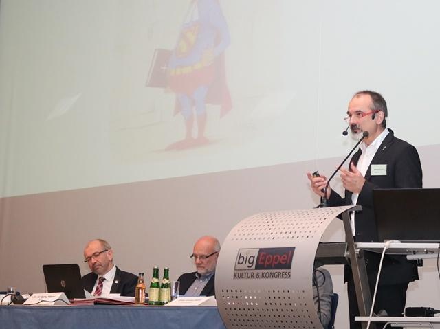 Superintendent Markus Karsch bei seinem Bericht auf der Herbstsynode des Kirchenkreises Saar-Ost. Fotos: EVKS / Stein