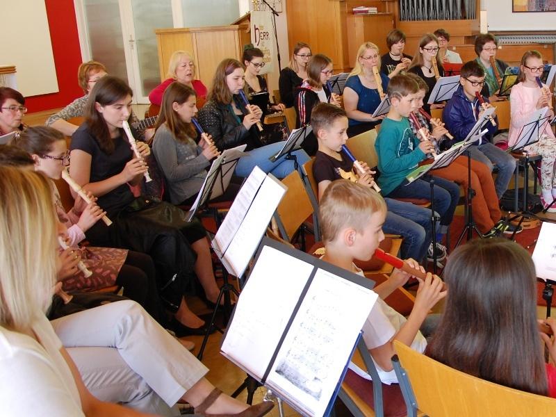 Konzentriert bei der Sache:  Flötenkonzert zum Muttertag im Martin-Luther-Haus in Neunkirchen: Foto: Uwe Schmidt