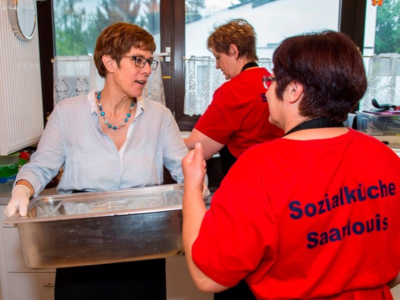 Im Sommer 2016 besuchte die ehemalige saarländische Ministerpräsidentin, Annegret Kramp-Karrenbauer, das Mehrgenerationenhaus und half in der Sozialküche.