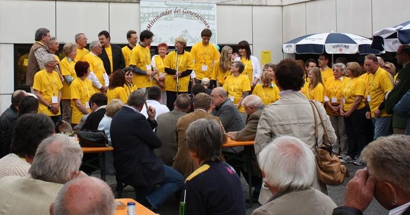 Eröffnung des Mehrgenerationenhauses vor zehn Jahren. Alle, die sich für das Projekt engagiert hatten, präsentierten sich in gelben T-Shirts auf der Bühne. Fotos: Mehrgenerationenhaus