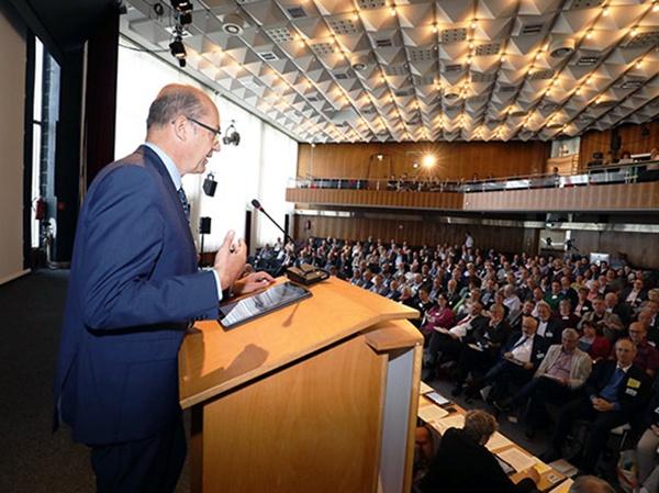Oberkirchenrat Bernd Baucks hält den Finanzbericht. Foto: ekir