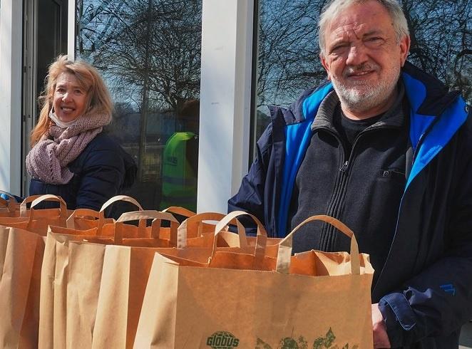 Ausgabe der Care-Pakete durch Marina Schulz und Pfr. Herwig Hoffmann (Kgm. St. Johann), Foto: KG St. Johann