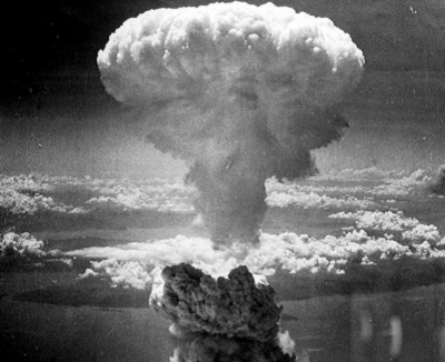 Atombombenabwurfauf Nagasaki am 9. August 1945. Der Atompilz stieg 18 km hoch Foto: gemeinfrei Quelle: U.S. National Archives and Records Administration