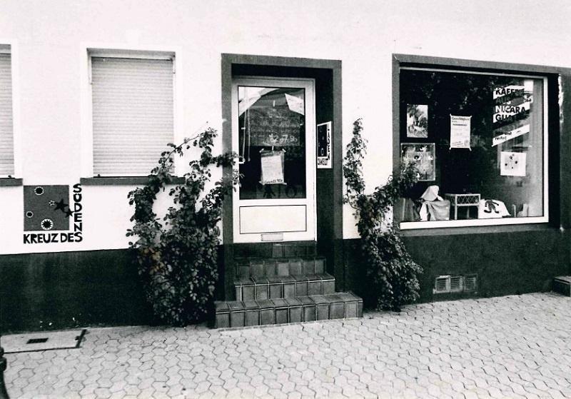 So sah der Weltladen in der Evangelisch-Kirch-Straße 6 bei seiner Eröffnung im Sommer 1990 aus, Foto: Archiv Sonntagsgruß / Tim Mücke