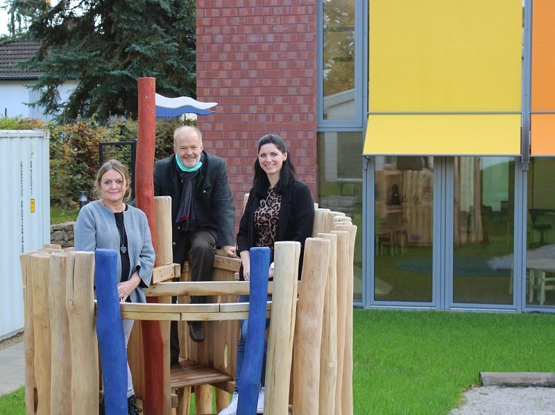 Silvia Moog-Schirra (Bereichsleiterin) und Dr. Lutz Albersdörfer (Geschäftsführer) vom Verbund Evangelischer Kindertagesstätten im Saarland (VEKiS) mit Einrichtungsleiterin Mona Harz