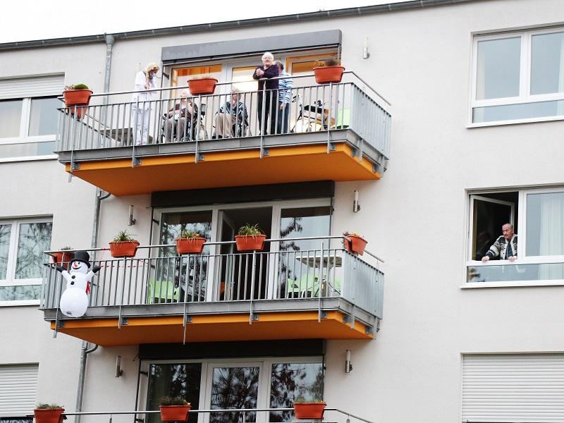 Die Bewohnerinnen und Bewohner konnten mit Abstand zuhören, Fotos: Kirchengemeinde Burbach