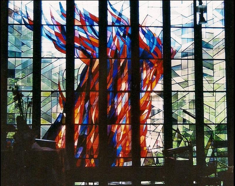 """Fenster """"Feuersäule in der Wüste"""" im Chorraum, Foto: privat"""